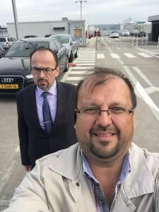 Bizim Selfici SEDAT KUTUCU ve ciddi sert bakisli baskanimiz MEHMET KARAKULAK Hannover dönüs yoluna hazirlanirken.