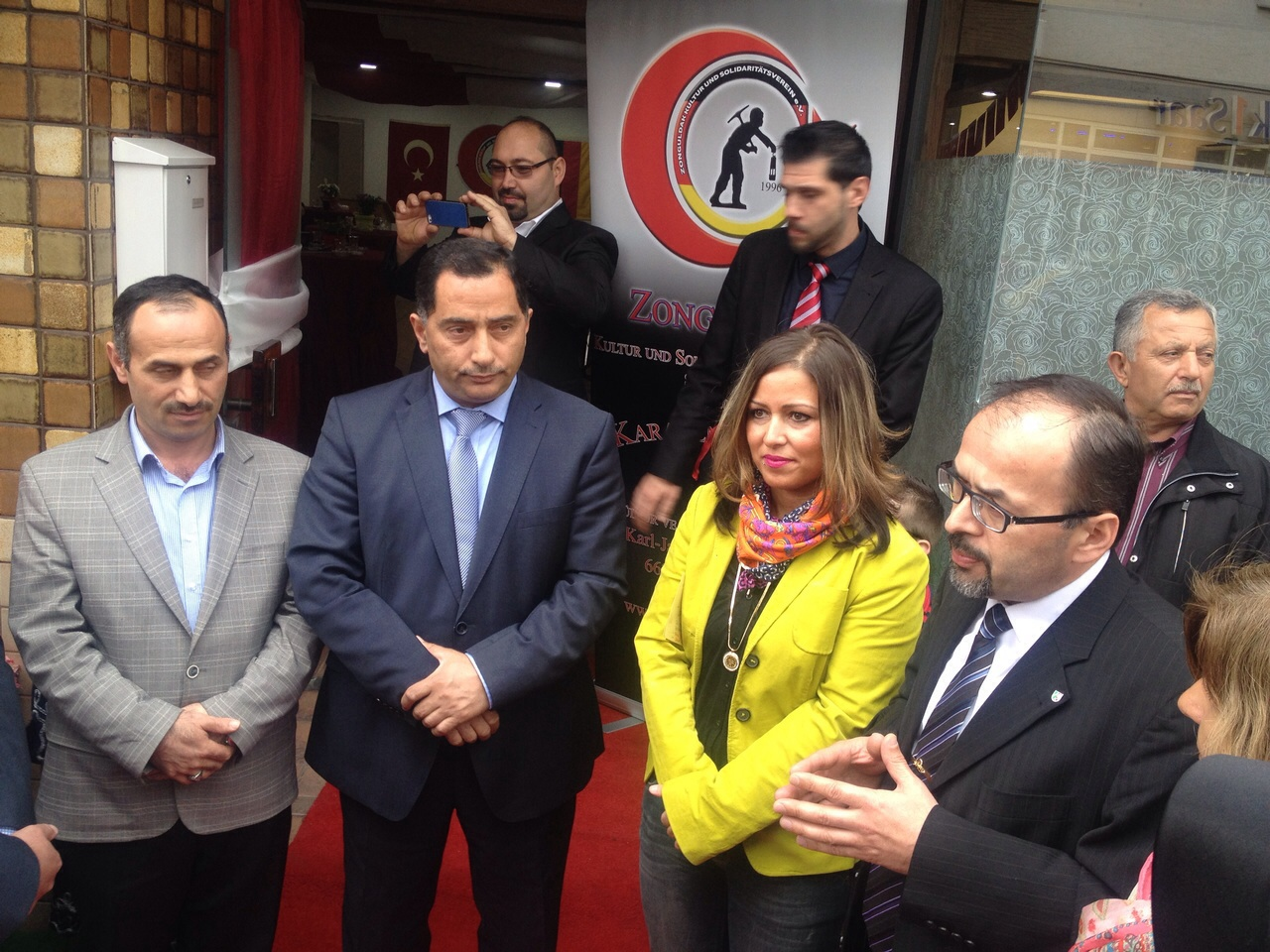 Avrupa Zonguldaklilar Dernegi Baskani Mehmet Karakulak Karaelmaslilar Derneginin Kurulusu konusunda misafirlere bilgi verirken.