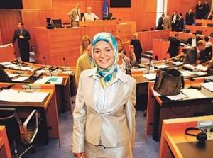 Avrupa'nın ilk Başörtülü Milletvekili Mahinur Özdemir'i Partisi Ermeni Soykırımı'na HAYIR dediği için ihraç etti.
